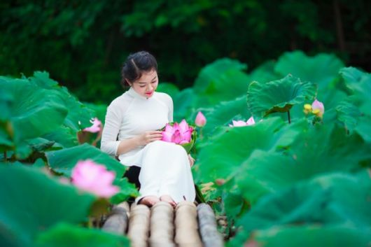 Hanoi lotus ponds filled with selfie-lovers as summer comes