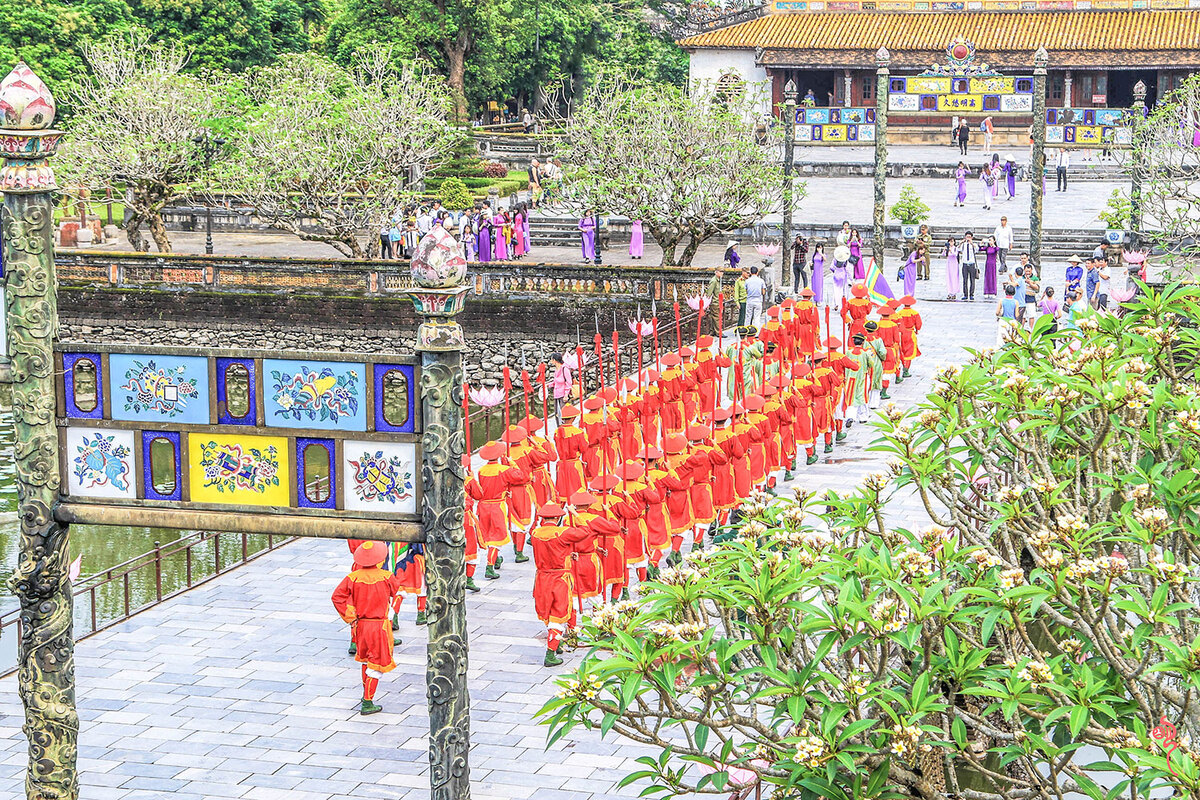 Changing of the guard at Hue Imperial Citadel pic 8